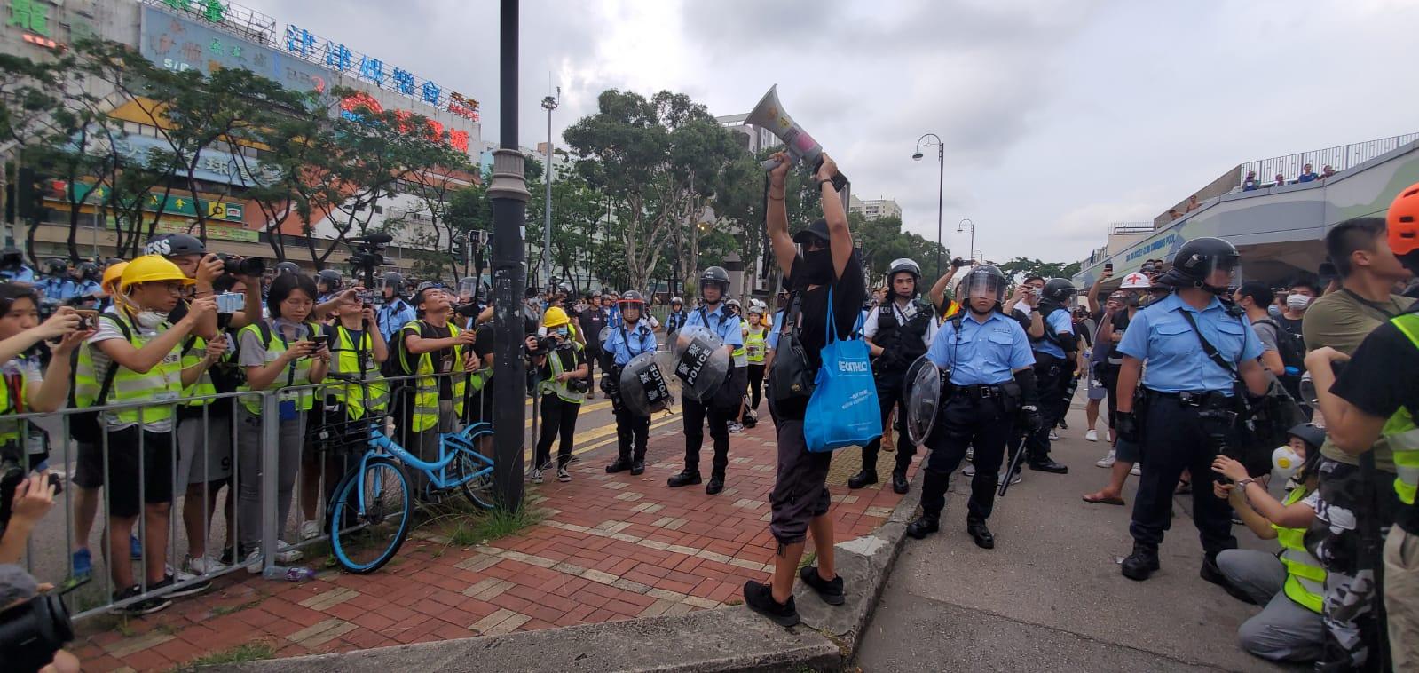 【沙田衝突】源禾路過百名特別服防暴警察與示威者對峙 區議員要求對話