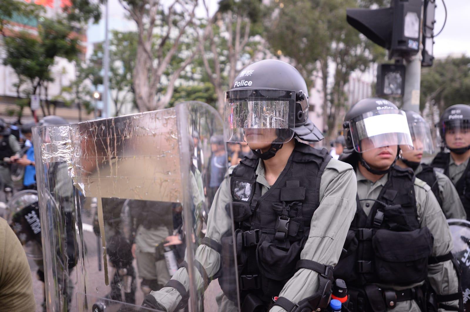 警方出動過百名身穿防暴增援。