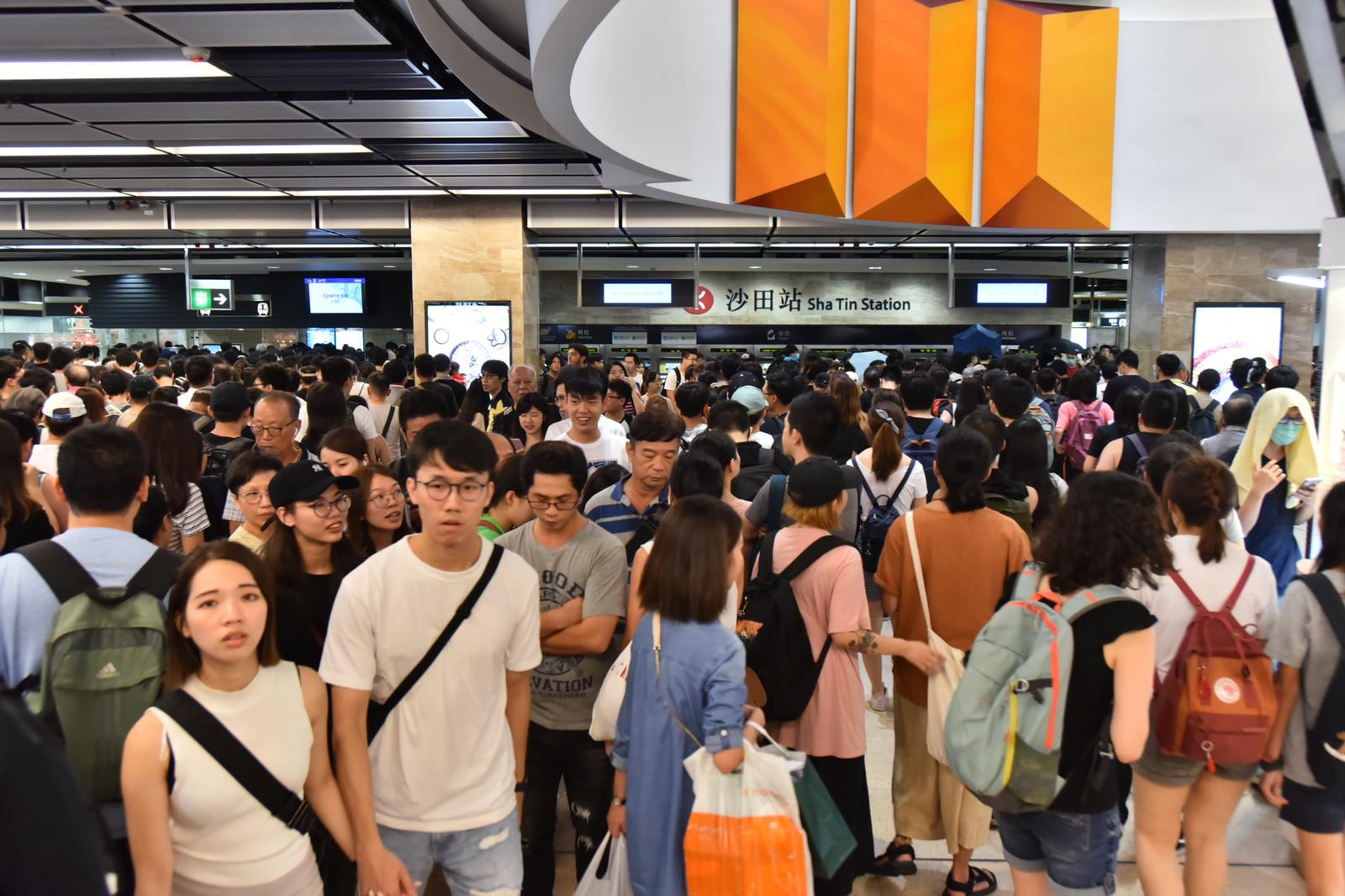 大批遊行完結市民沙田站搭港鐵離開