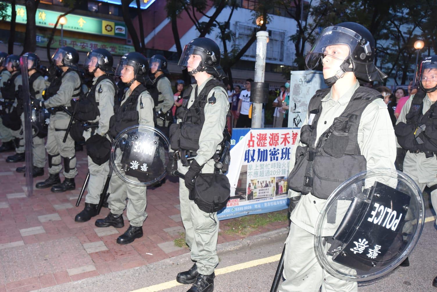 警員身穿特別保護衣。