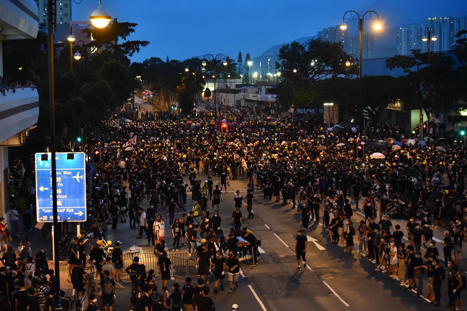 大批示威者佔據源禾路一帶道路
