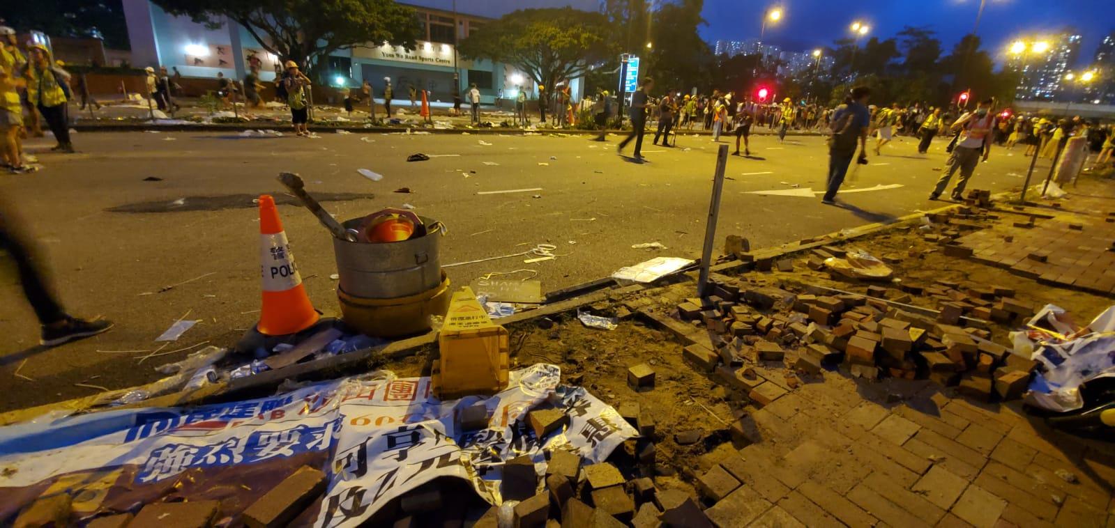 有示威者拆除行人路磚頭