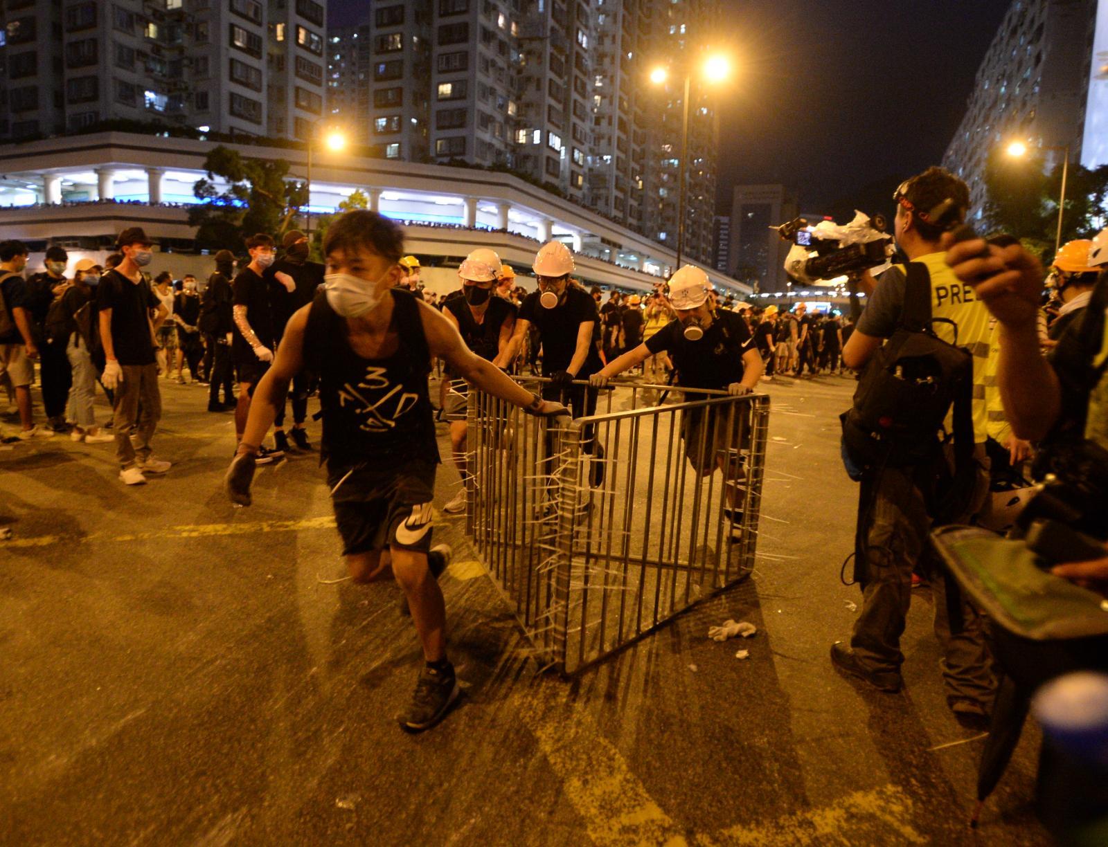 有示威者搬運鐵馬陣