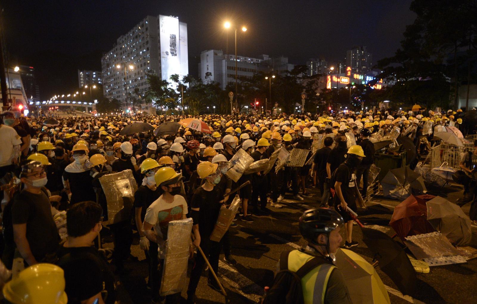 大批示威者在源禾路及沙田鄉事會路交界的十字路口聚集