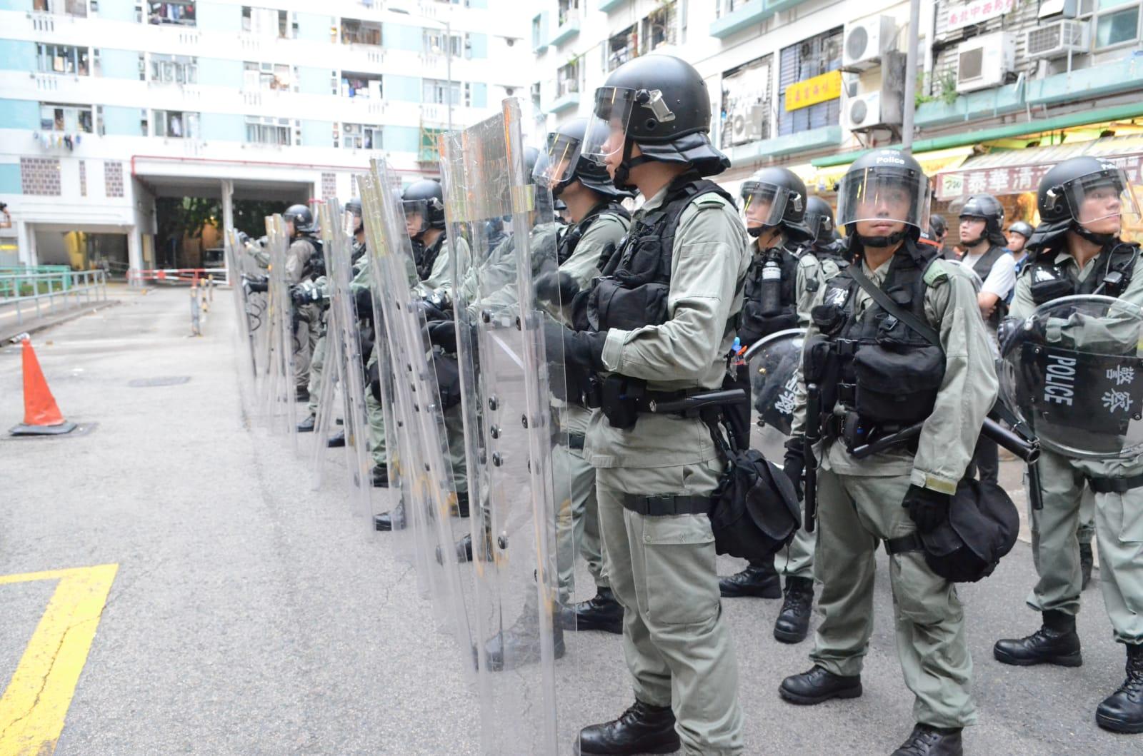 警方入瀝源邨警告在場人士離開否則用武力
