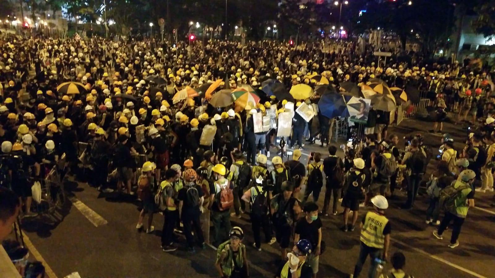 示威者退守到源禾路十字路口