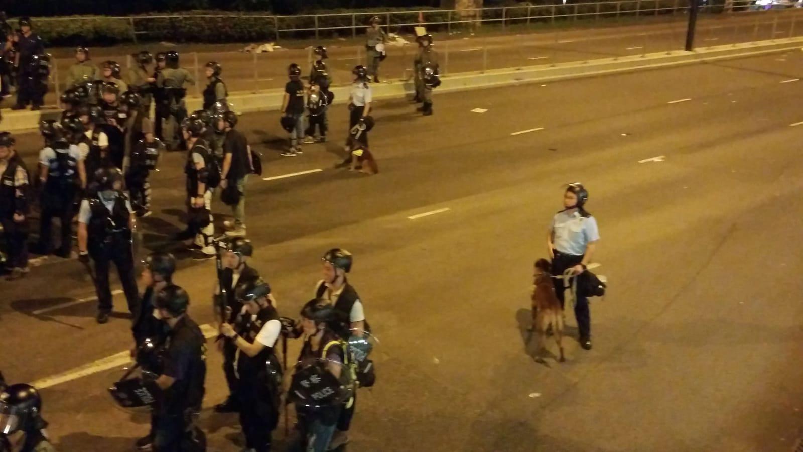 警察出動警犬