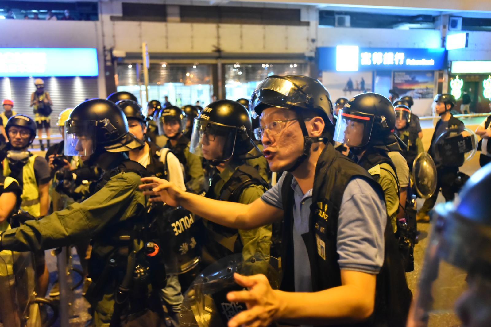 警方與議員激烈爭論。