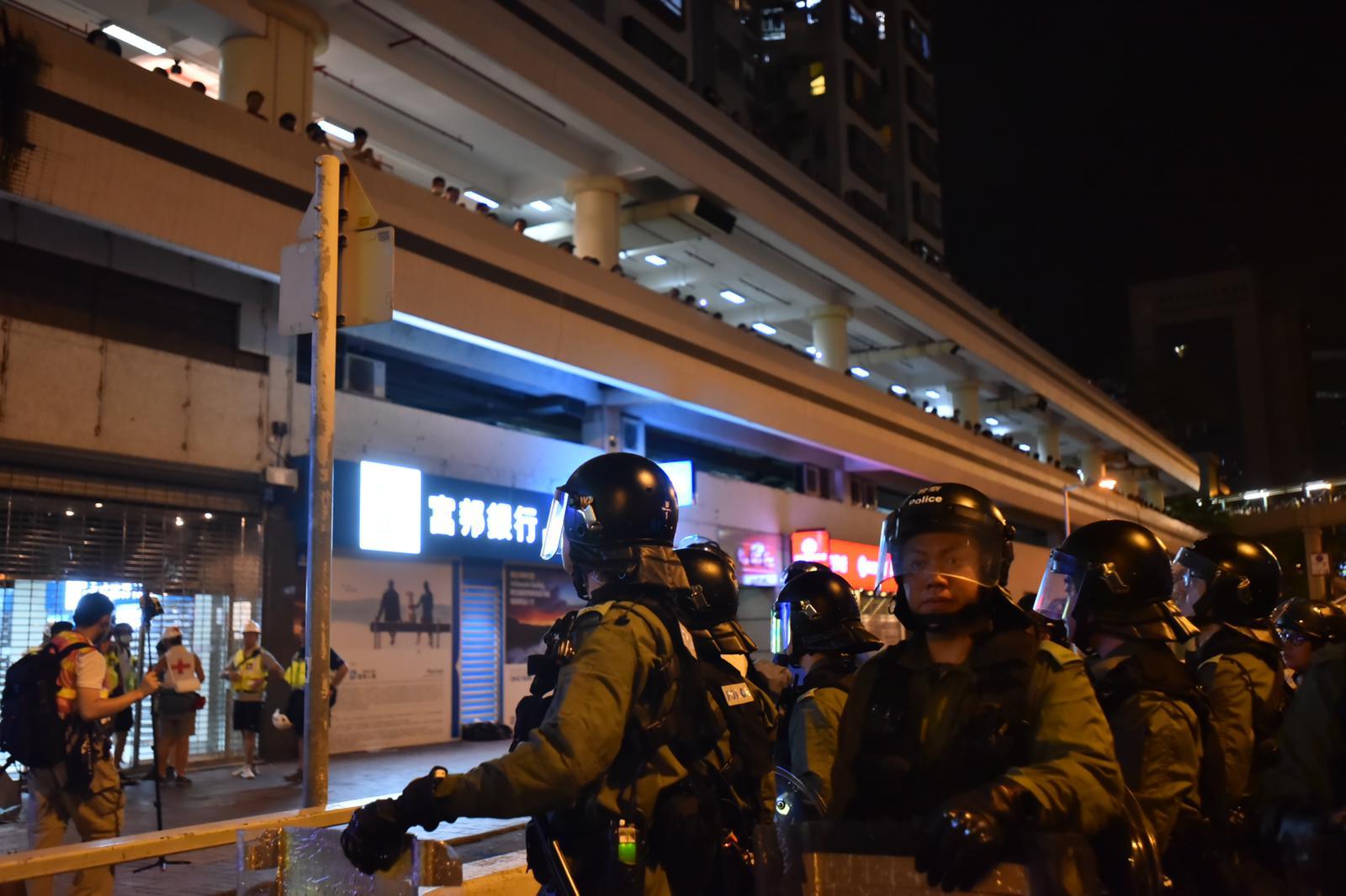 警方在沙田鄉事會路逐步推進