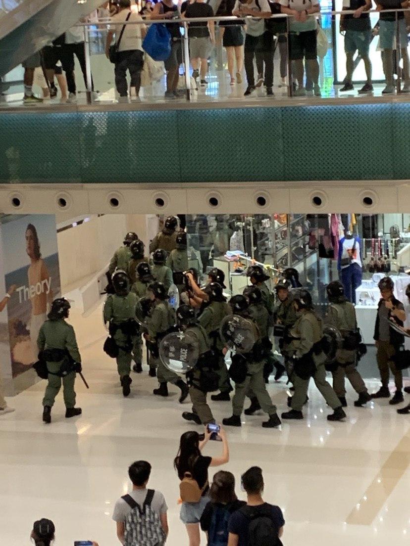 防暴警察進駐新城市廣場。網民圖片