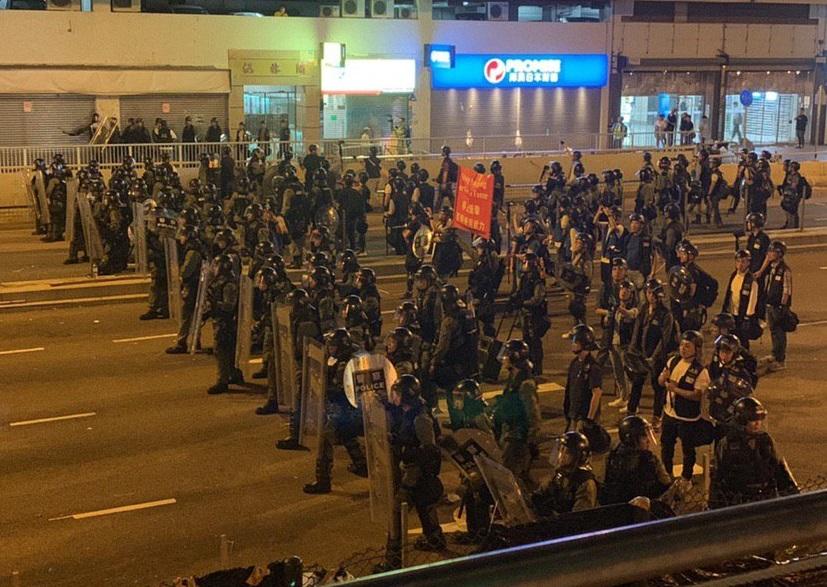 警方在沙田鄉事會路出動紅旗。網民圖片