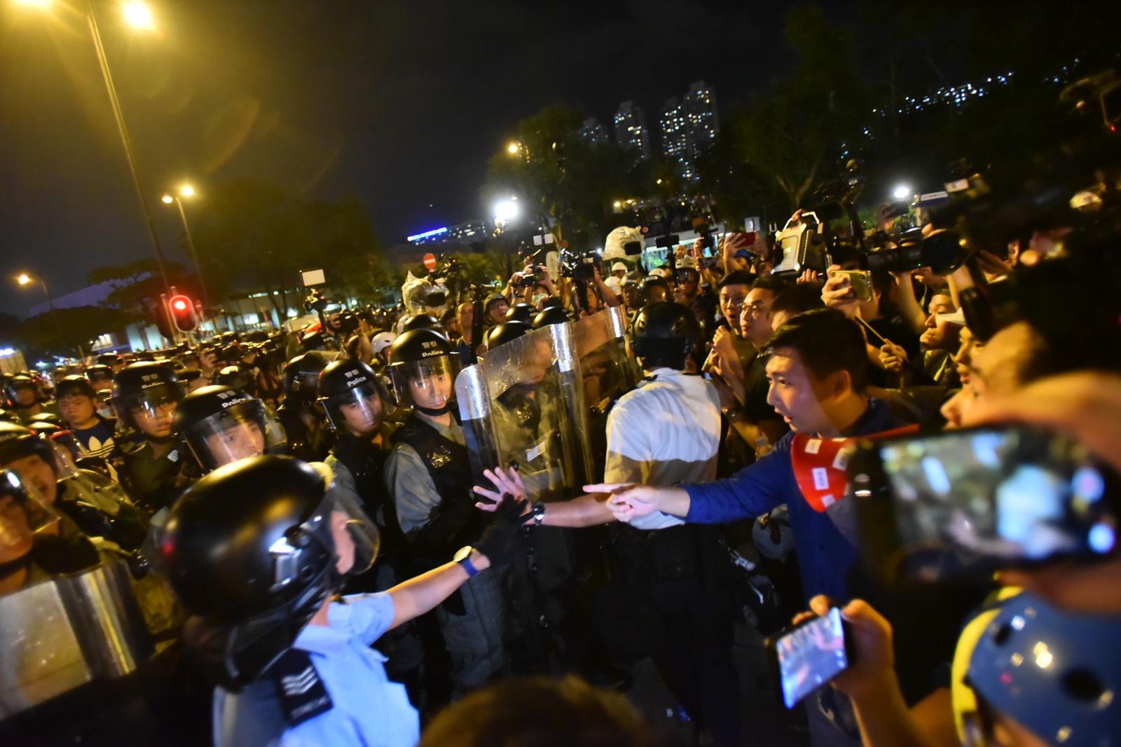 警方與議員發生爭論。