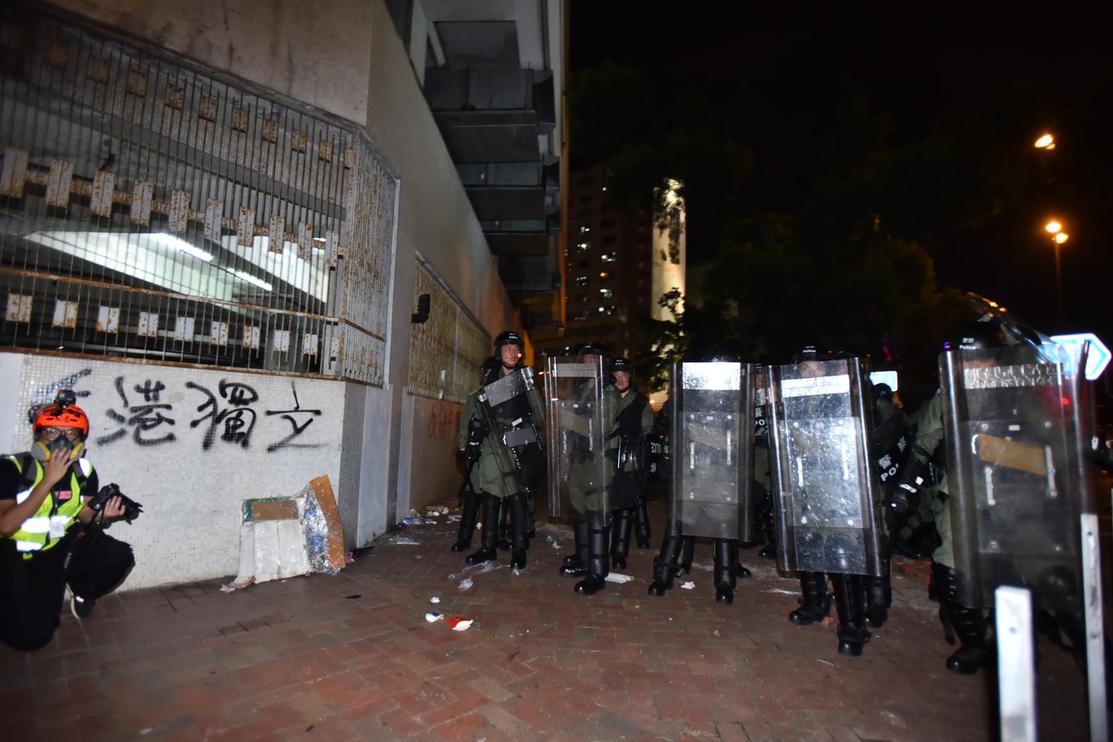 防暴警察逐步推進