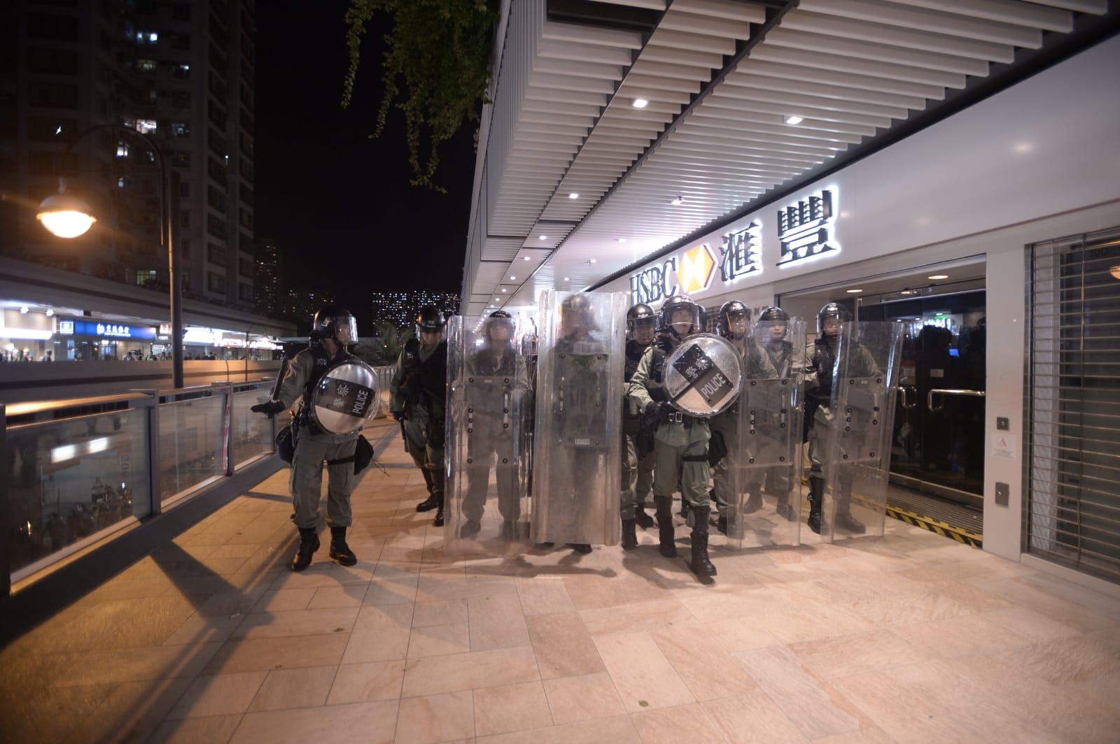 防暴警察驅趕示威者
