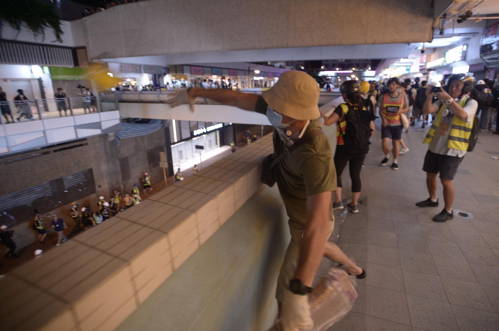 有示威者向地下投擲物品