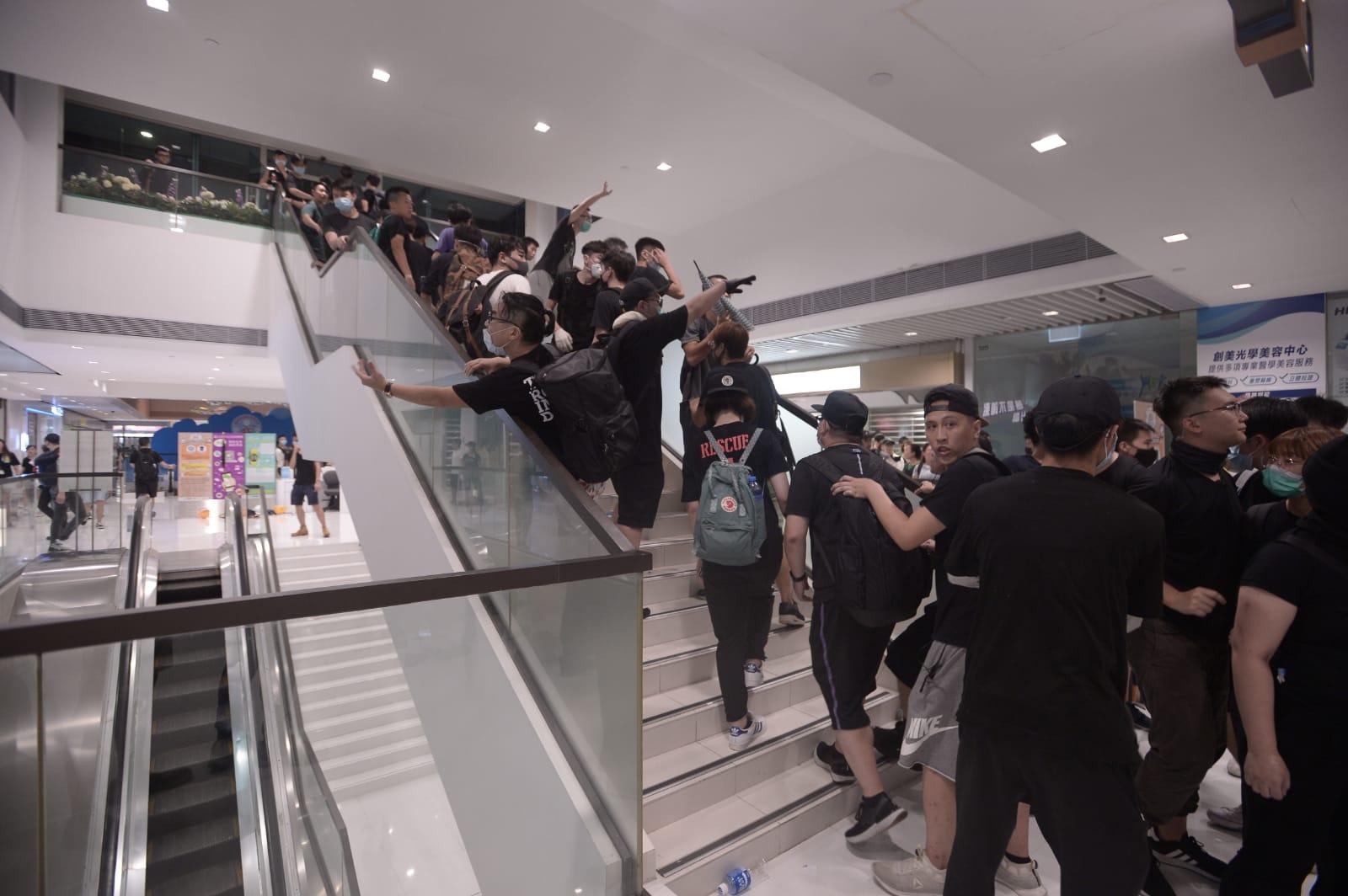 警方進入商場帶走多人