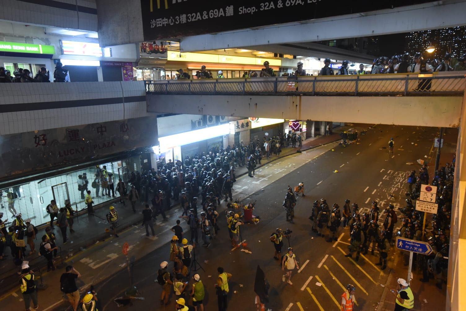 【沙田衝突】示威者衝入好運中心沙田中心 防暴警察帶走多人