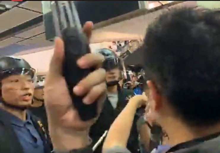 防暴警察與示威者在沙田新城市廣場發生衝突。區諾軒FB截圖