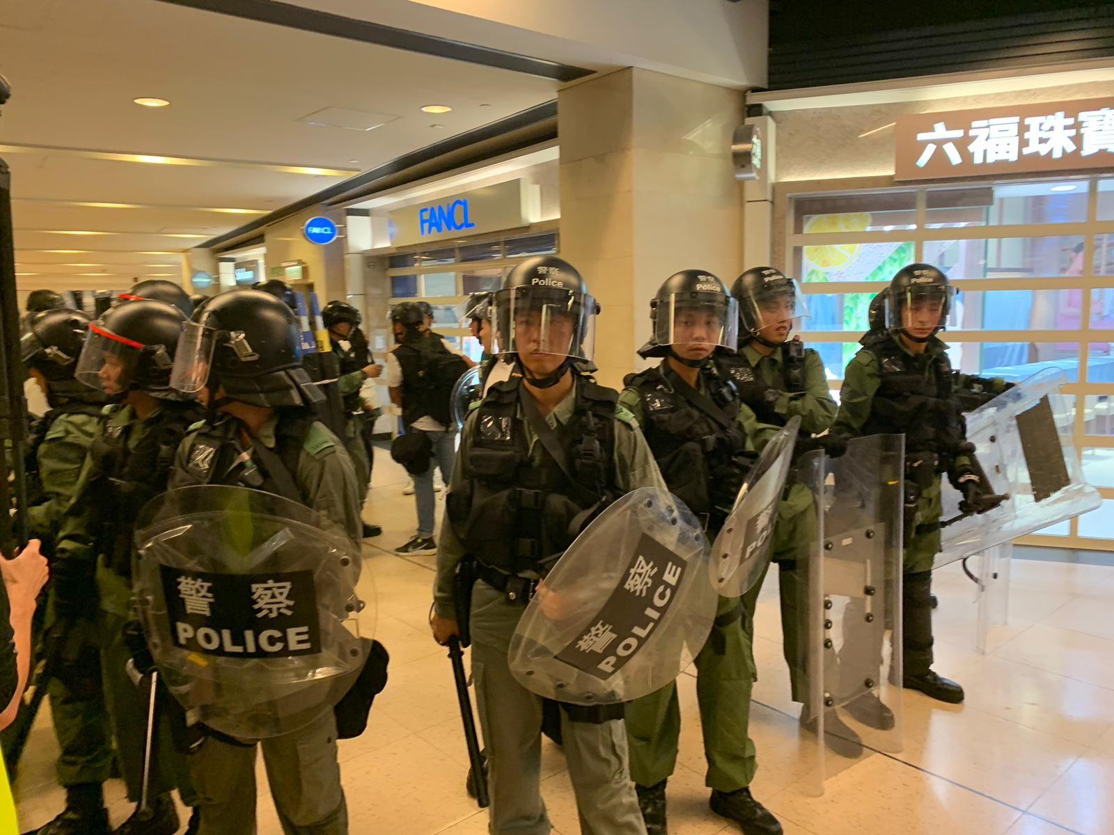 防暴警察在新城市廣場與示威者激烈衝突。