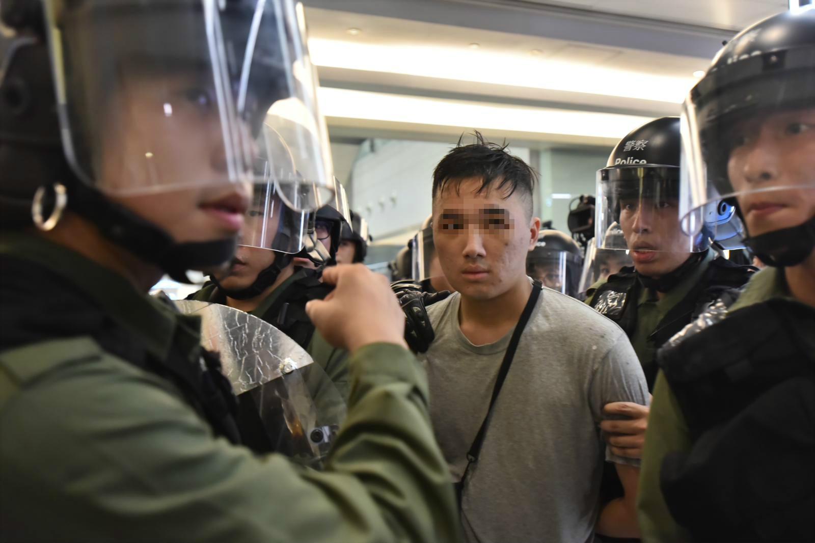警方拘捕一名示威者