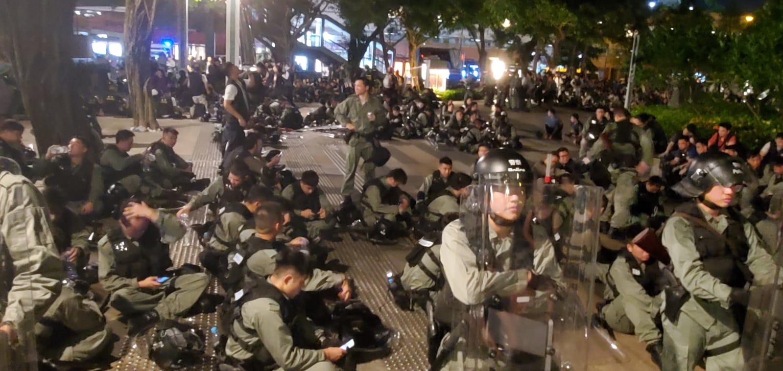 防暴警察在沙田大會堂外就地休息。