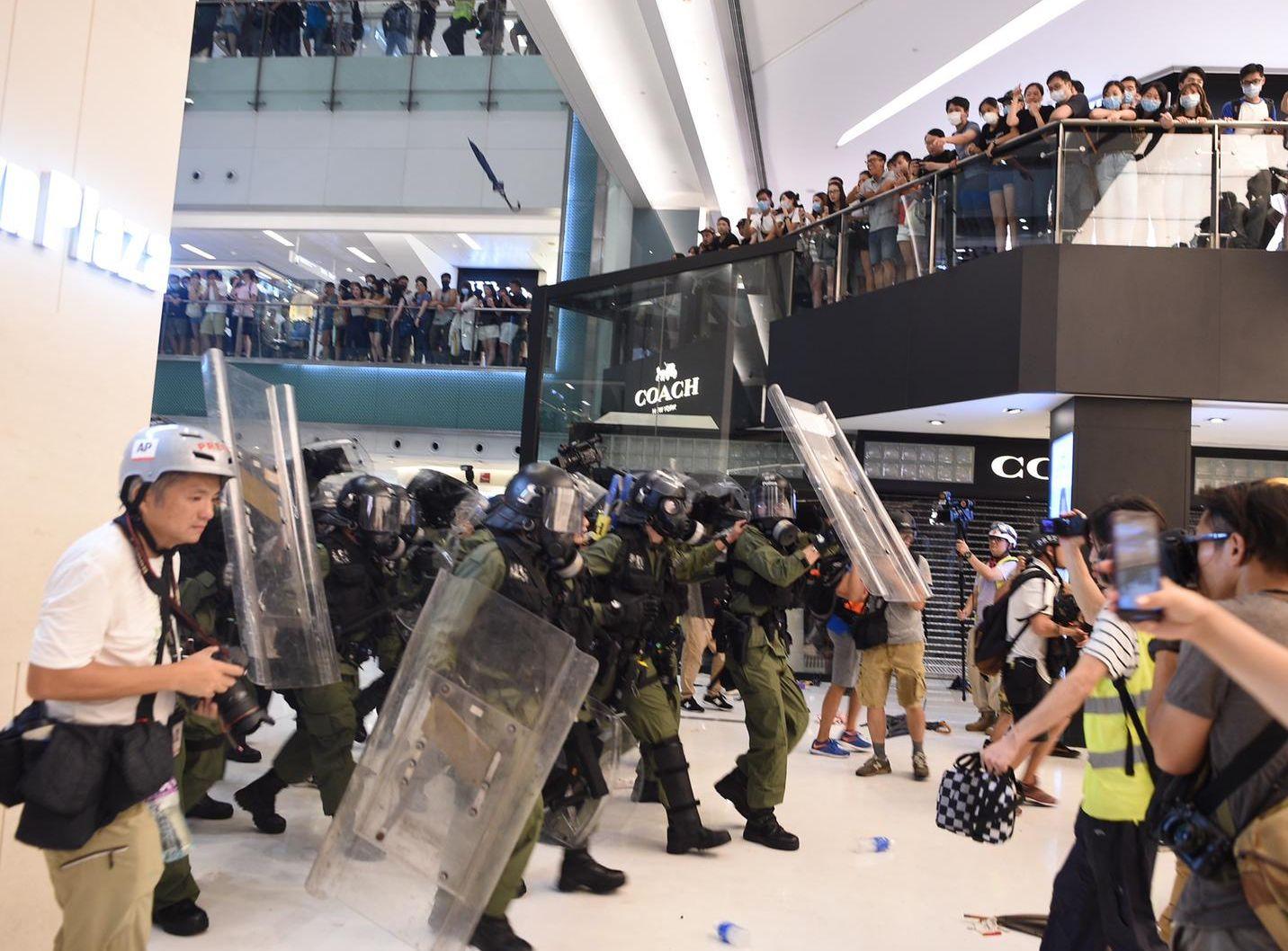 防暴警察與示威者在沙田新城市廣場發生衝突。