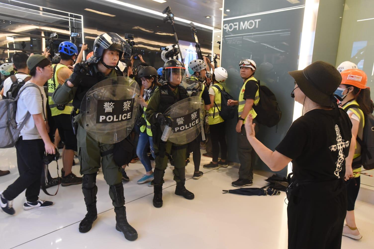 有人阻止警員驅散示威者
