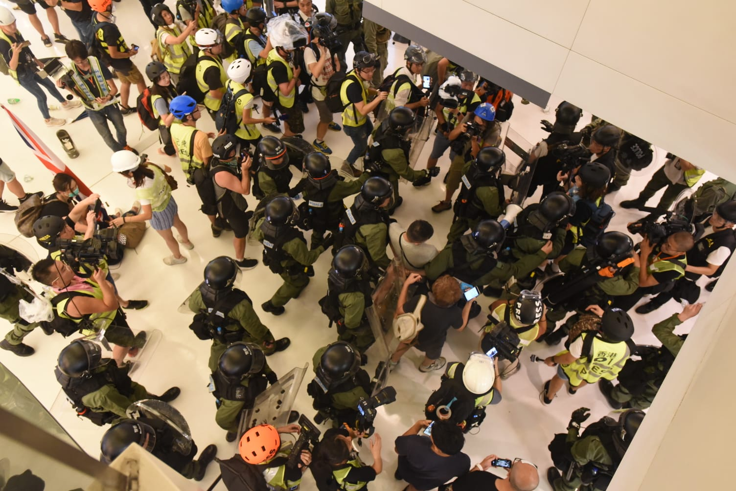 防暴警察與示威者在新城市廣場激烈衝突。