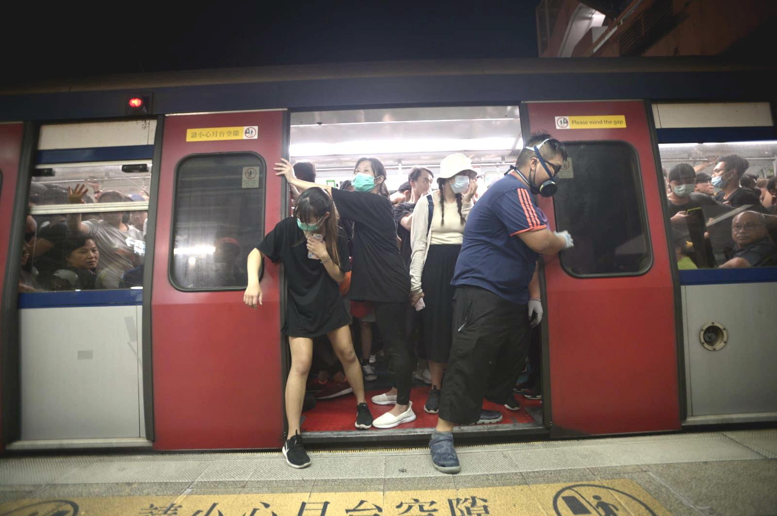 示威者沙田站阻止東鐵綫列車開出