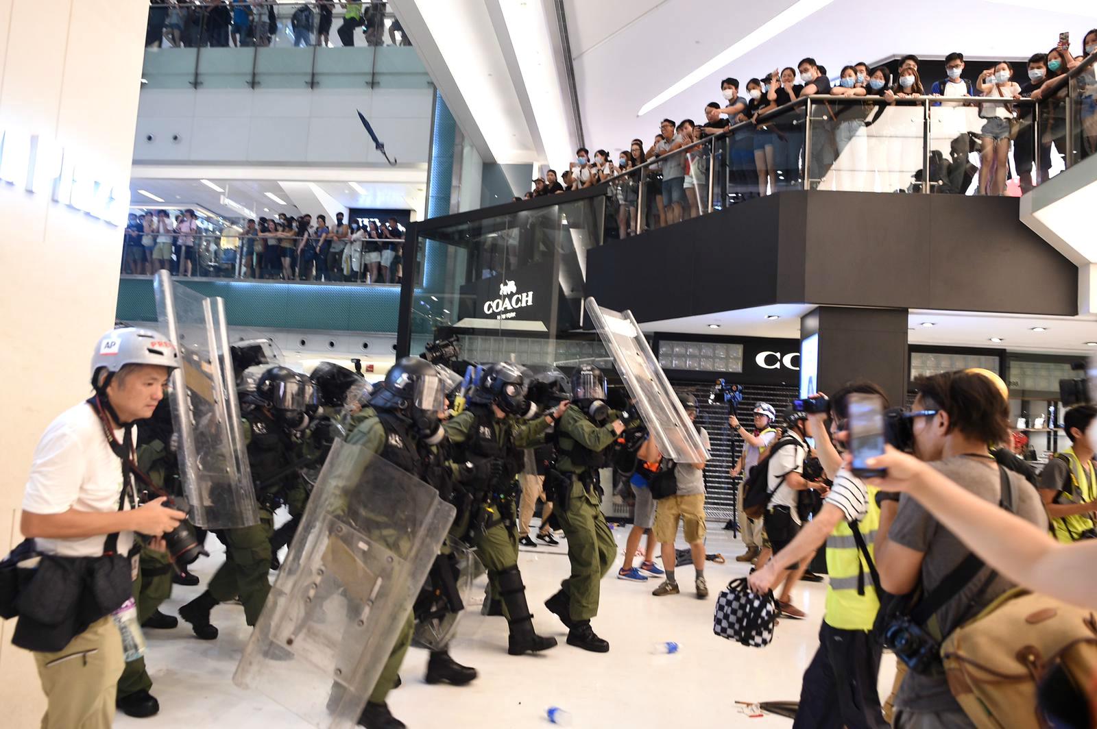 警方與示威者在沙田新城市廣場激烈衝突