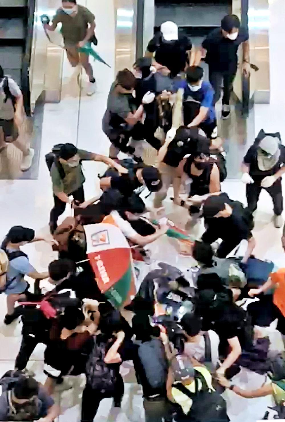 有示威者圍毆警員。