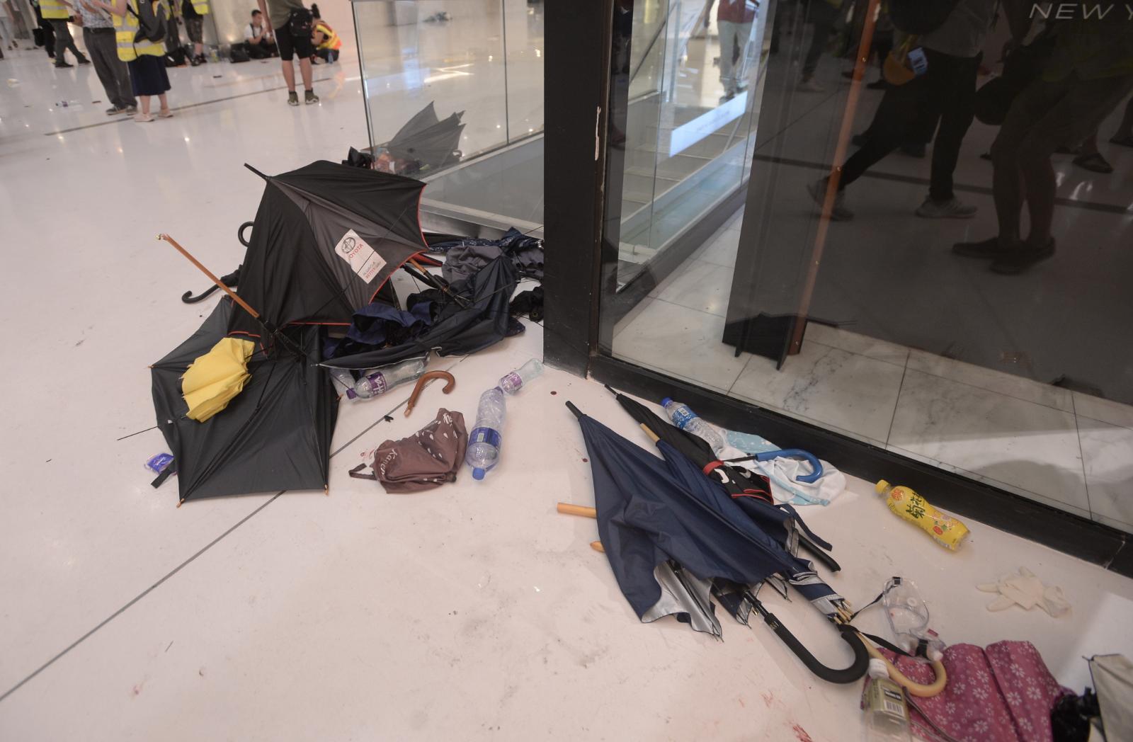 被棄置的雨傘堆在店鋪前。