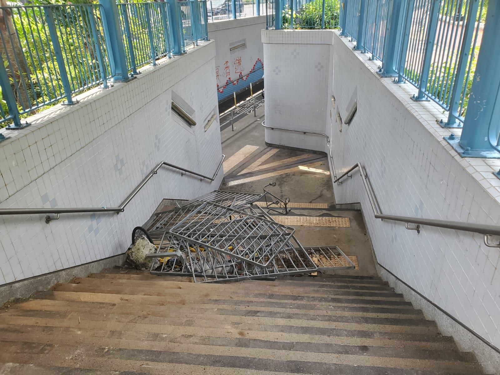 隧道樓梯堆有懷疑被拆下的鐵欄。