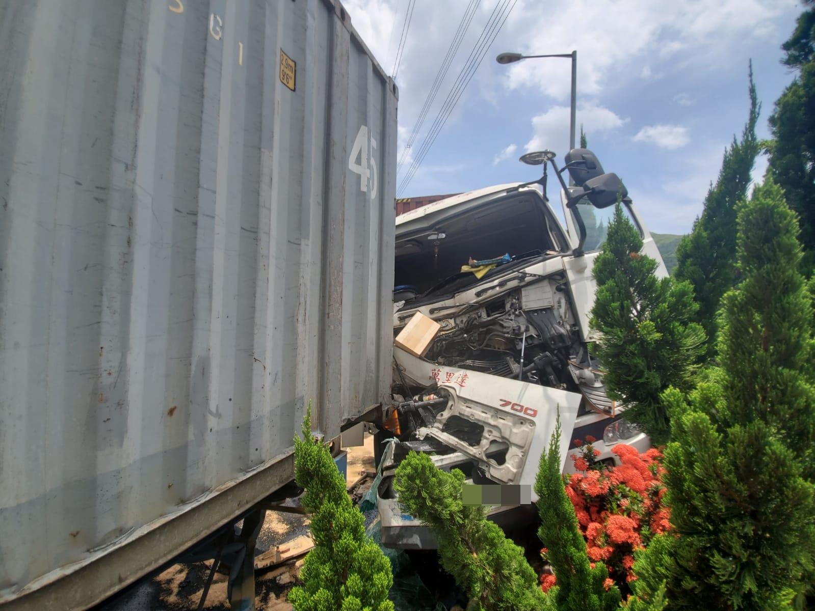 涉事貨櫃車車頭嚴重損毀。 林思明攝