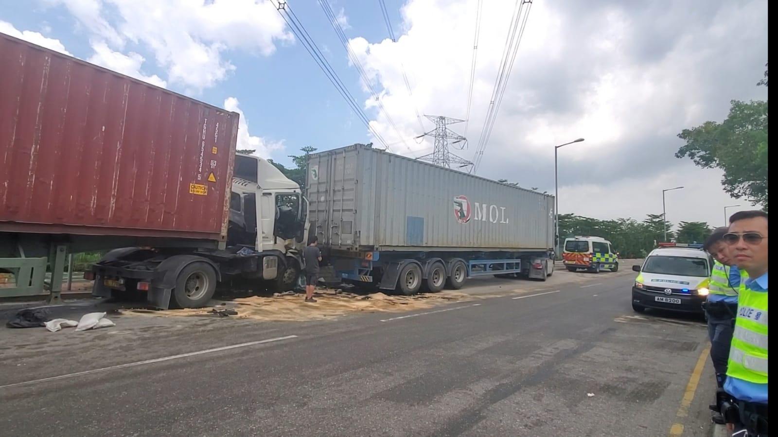 涉事2貨櫃車,撞倒一輛停泊在路邊的貨櫃車車尾。 林思明攝