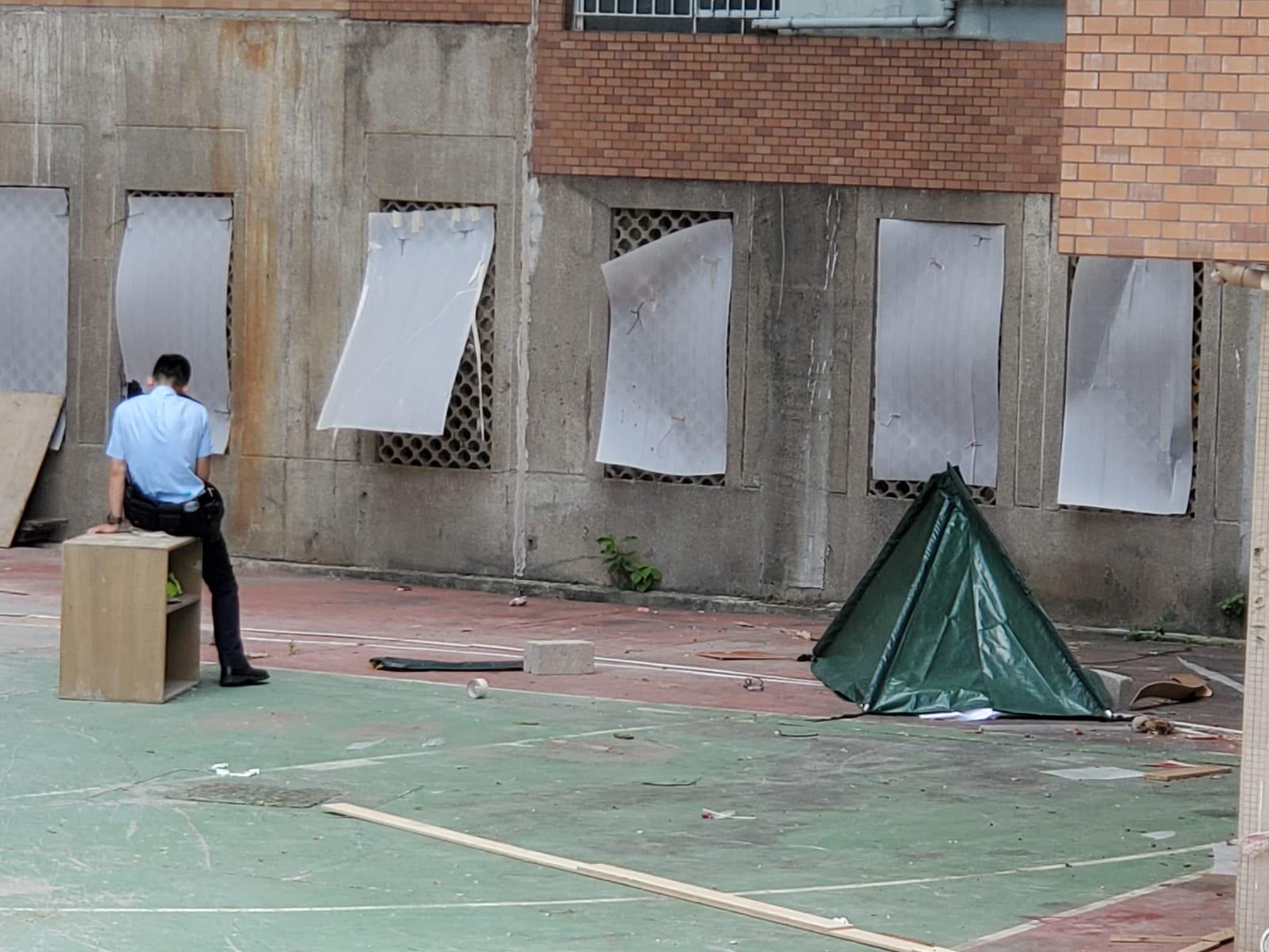 警方以帳篷遮蓋死者遺體。