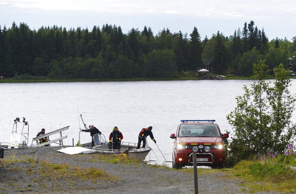 瑞典搜救人員在現場打撈。AP圖片