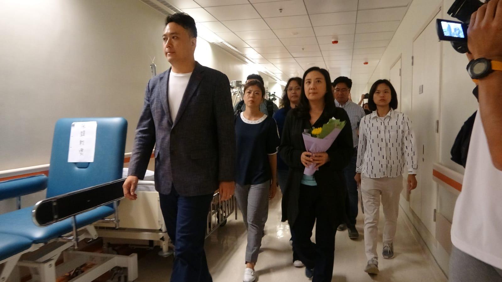 立法會議員葛珮帆等多人到醫院探望,表達慰問。