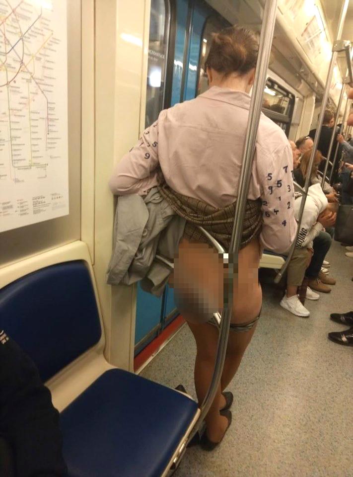 俄罗斯女子地铁上愤脱内裤展下体。网上图片