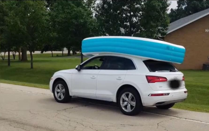 民众见到2名女童坐在车顶泳池。网上图片