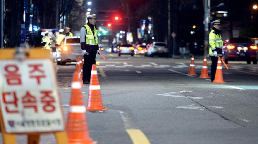 警员在交通事故现场调查。网上图片
