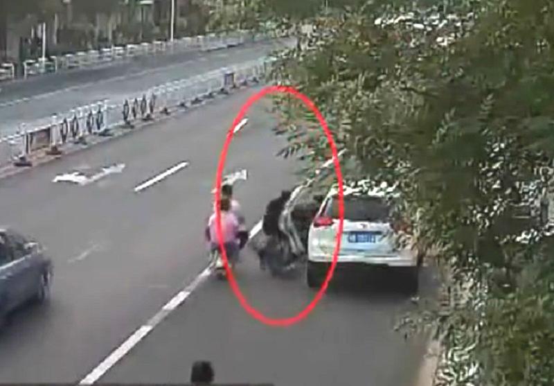河北違泊私家車女子亂開車門撞死電動車司機。網上圖片