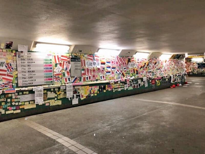 「連儂隧道」被貼上印有多國國旗圖案的紙張。「Tai Po 大埔」FB圖片