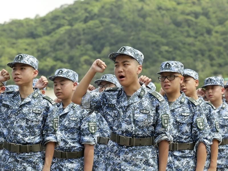 有六百名中學生選擇參加青少年軍事夏令營。