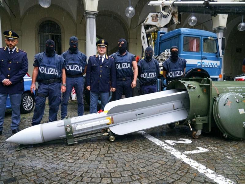 意大利反恐特警展示搜出的空對空導彈,相信疑犯計劃出售。AP