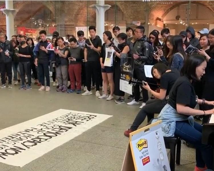 倫敦過百名香港人於倫敦多個地鐵沿線快閃唱歌聲援港人。