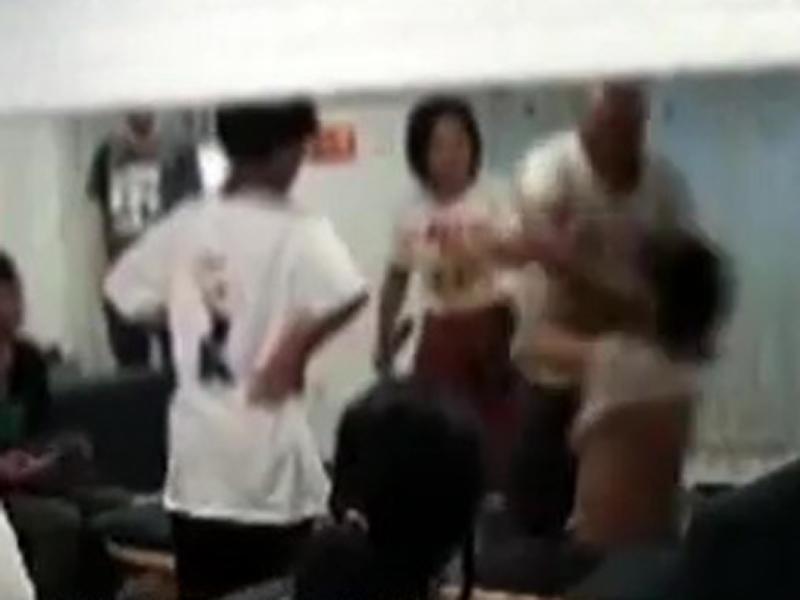廣州初中二年級男生小唐近日在奶茶店喝飲料時,一名中年男子突然衝到店內對其狂毆。(網圖)