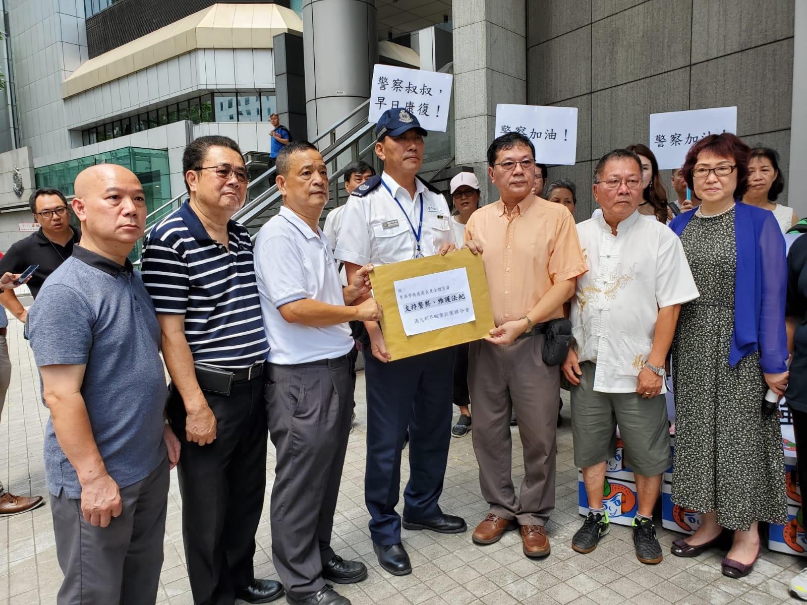 聯會向警方代表遞交請願信。