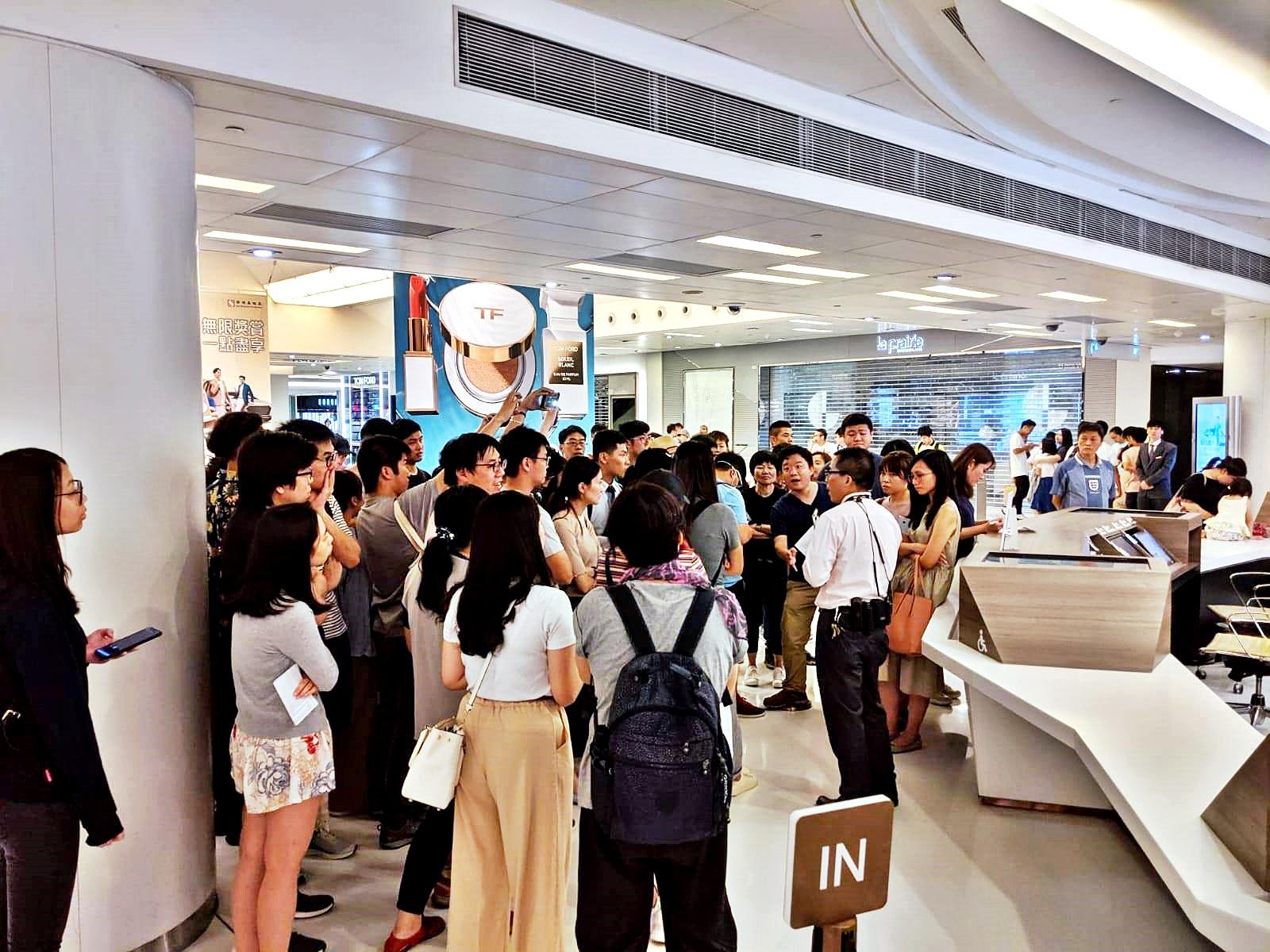 昨晚有大批市民包圍新城市廣場詢問處。 「萬人齊撐!!!快發牌比香港電視!!!」專頁FB圖