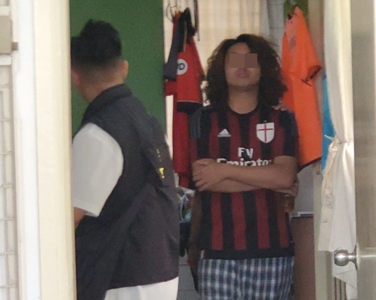 廖偉濂被反黑探員押回寓所搜屋。